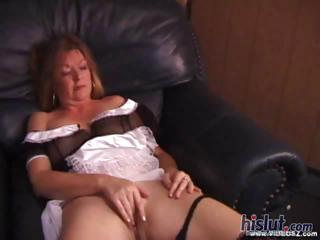This grown-up housewife masturbates