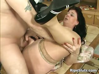 Divorced BBW mom with big knockers sucks part1