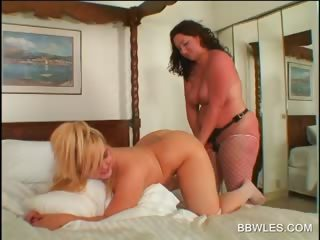 Lesbo BBW hottie gets ass toyed encircling close-up